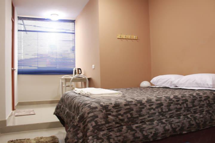 Confortable monoambiente con cama matrimonial, sofá cama, TV, Wifi.