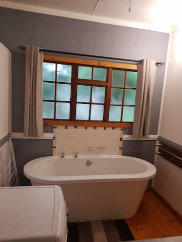 Unit A en-suite bathroom