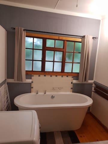 Unit A en-suite bathroom