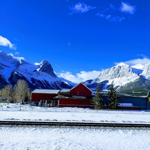 Room & Private Bathroom close to Banff