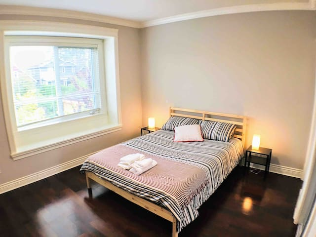Private RM with En Suite - 3 mins to SkyTrain