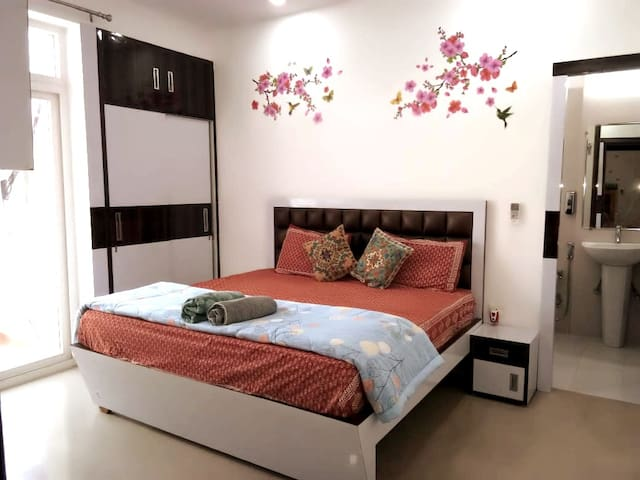 Cosy Emerald Home - 4 BHK Apt (feel like home)