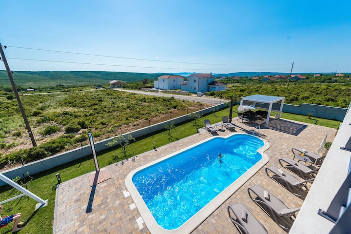 Lovely Villa in Debeljak with Heated Private Pool