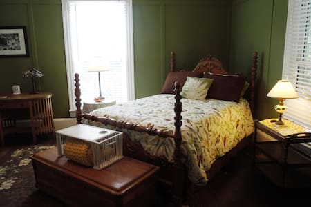 Magnolia House and Gardens Room #3 - Bed & Breakfast