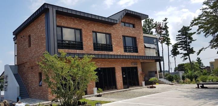 201벚꽃터널중간의 예쁜 빨간벽돌 2층집.  2019년에 준공된 디자이너스 스타일의 숙소