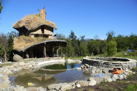Cabaña de arquitectura natural en la montaña