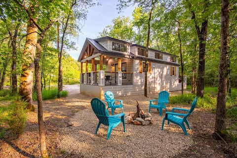 """BRAND NEW THE """"BEAR"""" LUXE 1+ Bedroom Cabin Close to Local Attractions!"""