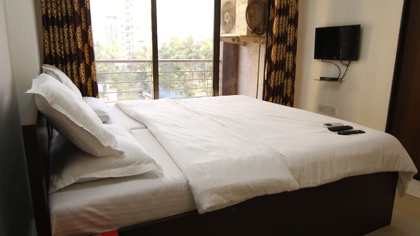 Private room near BKC in Bandra East, S5.2.2