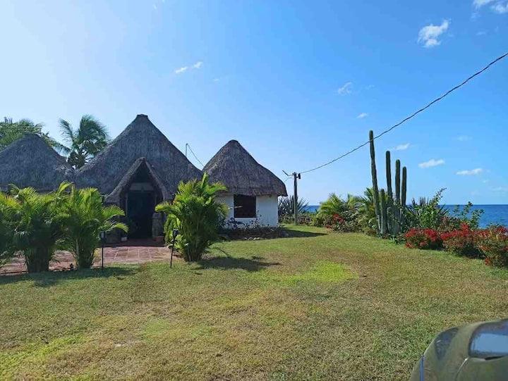 Linda casa a orillas de playa privada