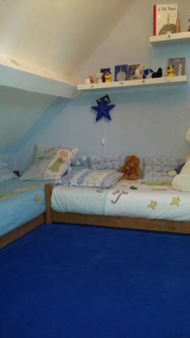chambre 2 petits lit 90x190+ lit parapluie