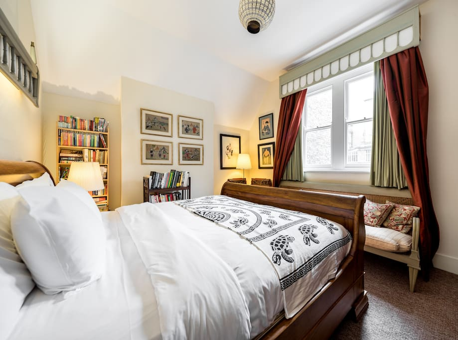 Charming quirky 1 bed in westminster w hot tub houses London hotel with jacuzzi in bedroom