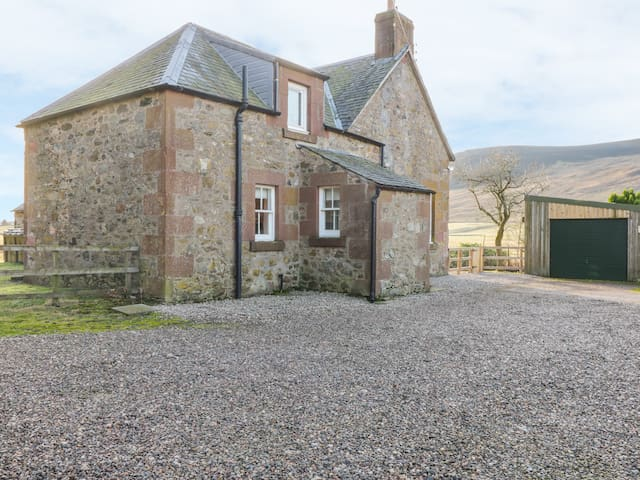 WHITE HILLOCKS FARM HOUSE, pet friendly in Kirriemuir, Ref 968749