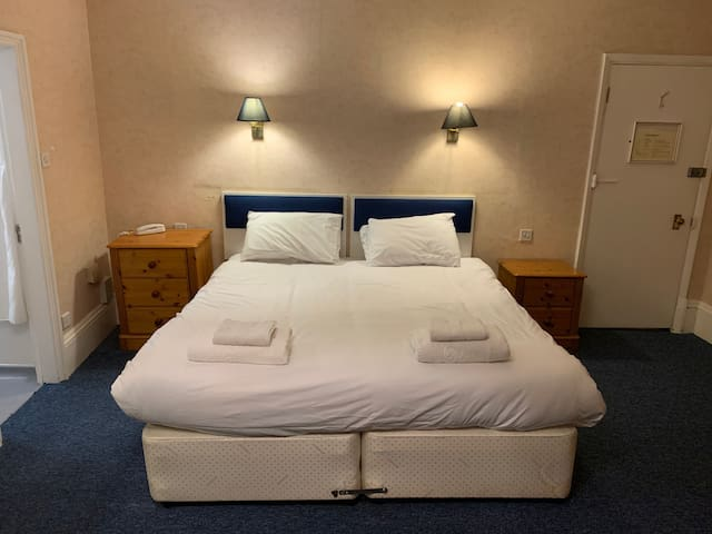 Double/Twin Room Free Wifi, Parking and Breakfast