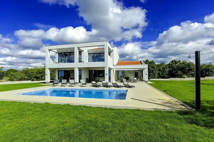 New and modern Villa Tia with pool