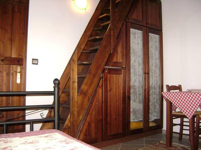 Ντουλάπα & σκάλα προς την κρεβατοκάμαρα
