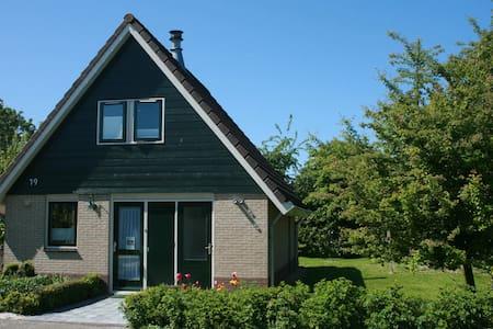 Ferienhaus für Familien strandnah im großen Garten - Svatý Martin