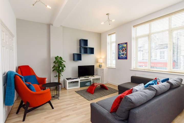 Large One Bed Flat- Close to Centre, Sleeps 4