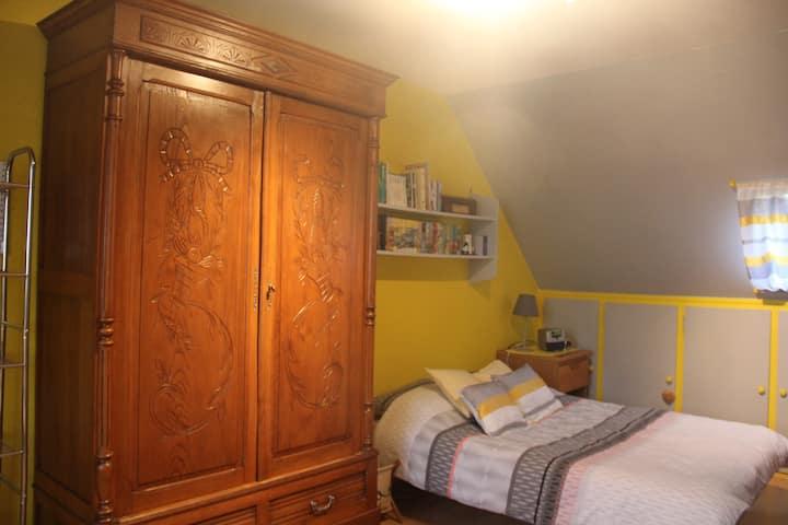 Senlis,  grande chambre dans maison.