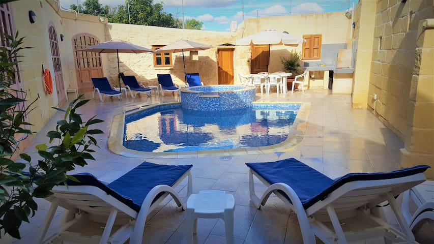4 Bedroom Villa With Pool & Jacuzzi. Sleeps 8-10.