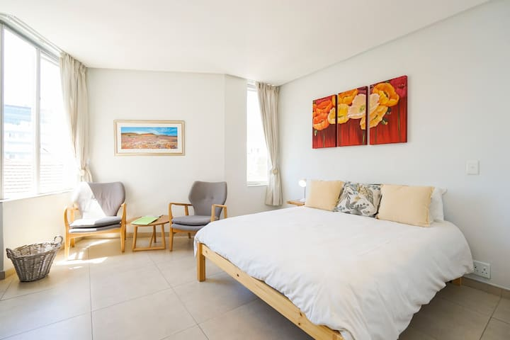 Studio flat in Sea Point - location, location!