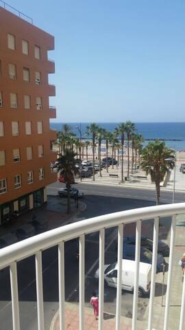 Excelente piso de 4 dormitorios enfrente del mar - Almería