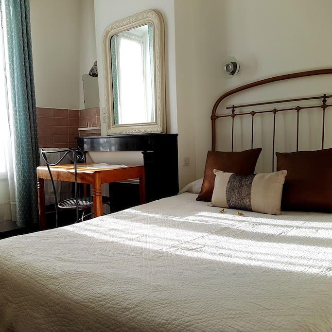 Chambre d 39 h tel avec douche et toilettes partag es for Hotel paris chambre 5 personnes