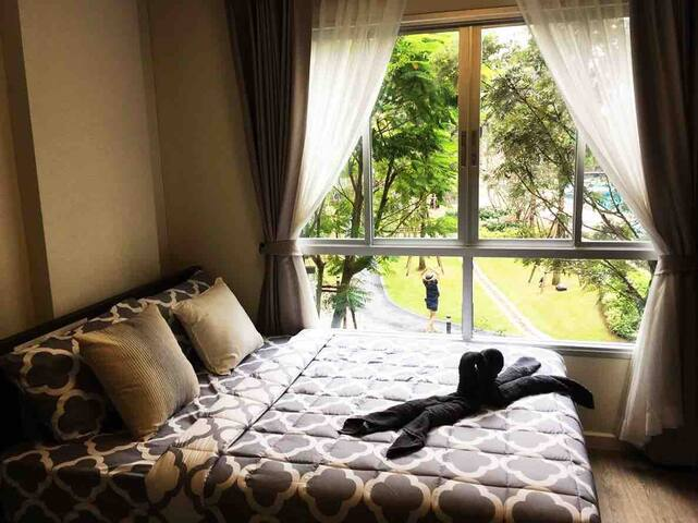 New room with cozy garden view walk 2 min to mall