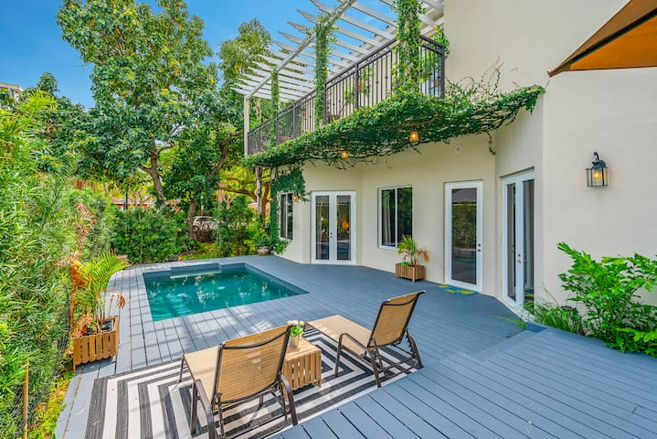 Villa in the Heart of Brickell sleeps 14 with Pool