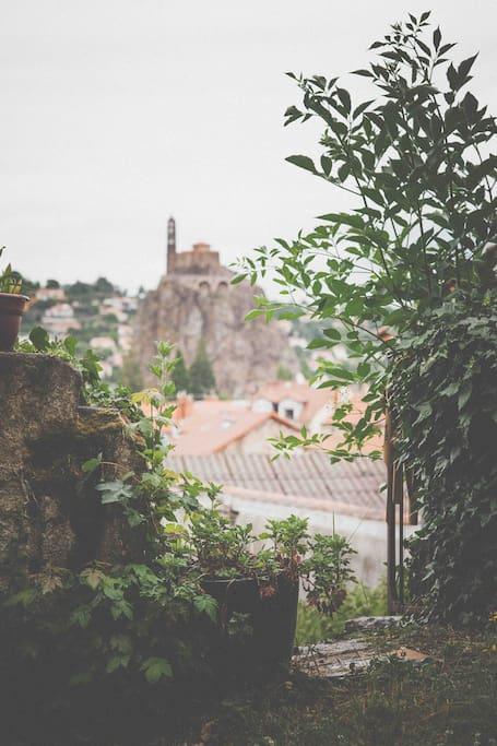 Vue sur l'église St Michel d'Aiguilhe du jardin