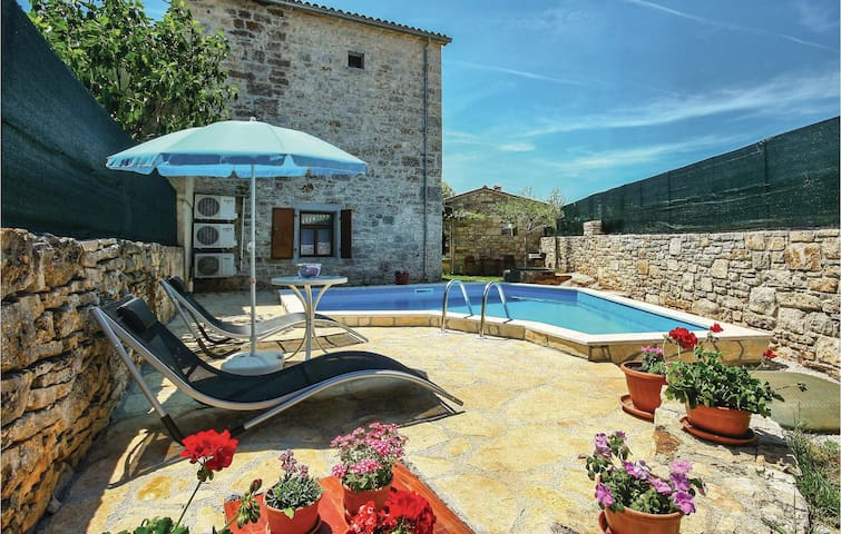 120 m² stone villa with pool for 6
