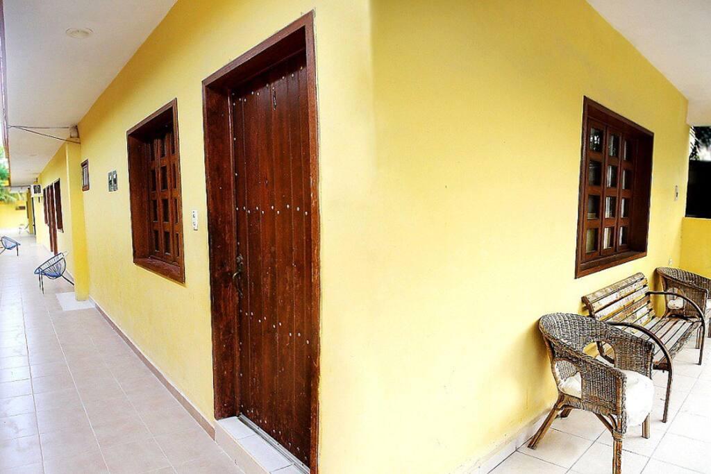 Vista del pasillo hacia habitaciones y terraza principal.