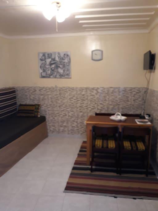 Sala, com mesa, t.v. e frigorifico