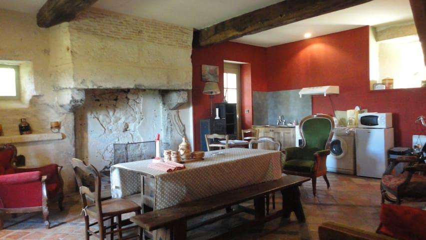 studio dans maison forte du 15éme - Ruch - Hus