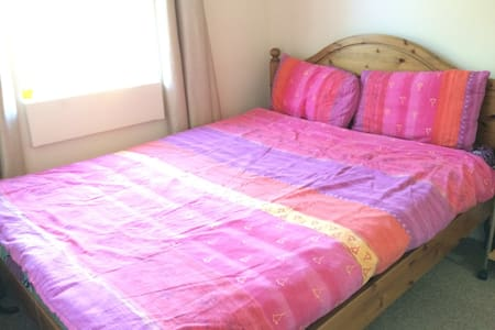 Room with king size bed & free parking - Bath - Hus