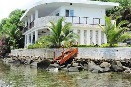 Pebos Reef, 12 guests, Amazing views!!