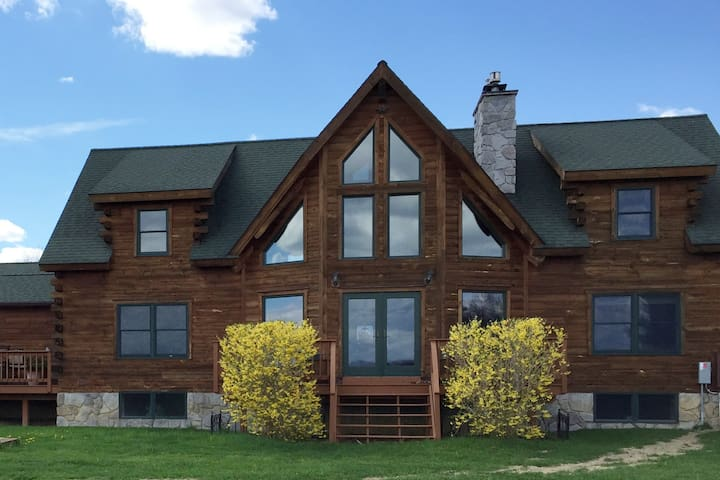 The Blue Room: Luxury Log Home - Stillwater