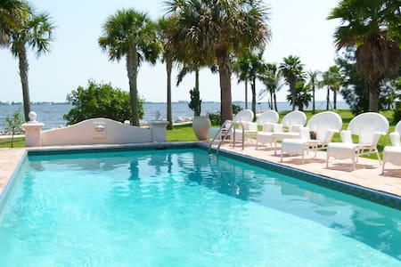Wonderful villa on the waterfront in private park - Port Charlotte