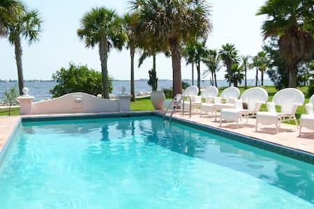 Wonderful villa on the waterfront in private park - Port Charlotte - Villa