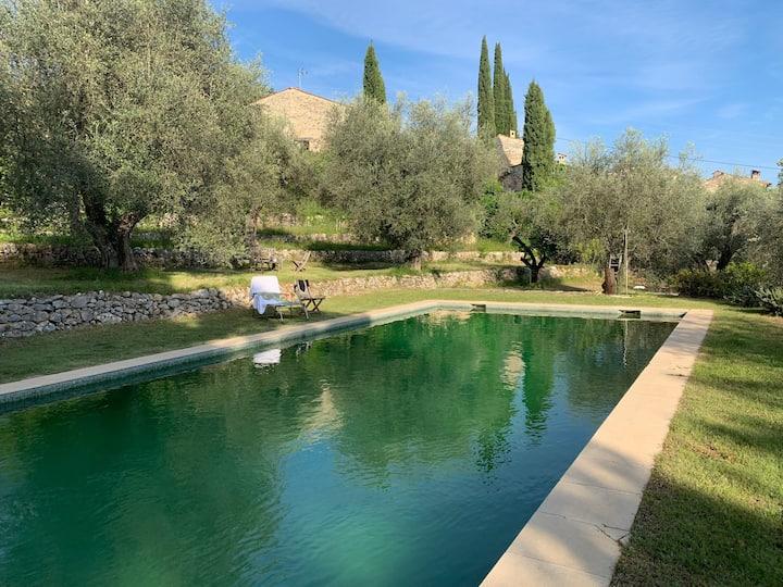 Mas provençal en pleine nature  grande piscine