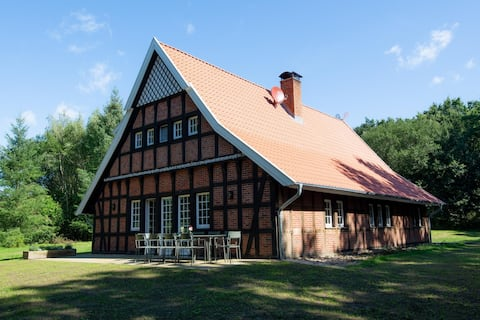 NEU: Waldhaus. Stylishes Fachwerkhaus + Fass-Sauna