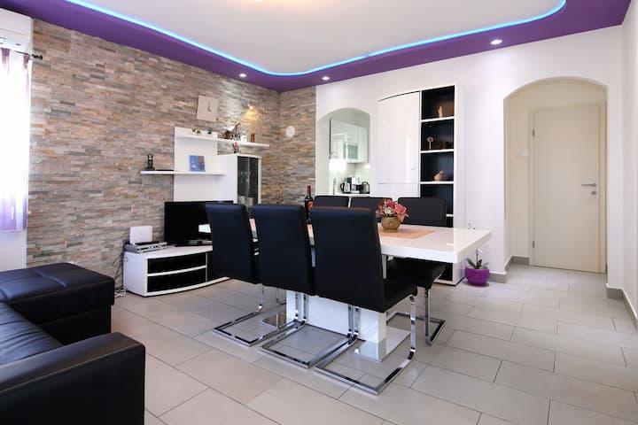 Modern apartment with pool Trogir (upper)
