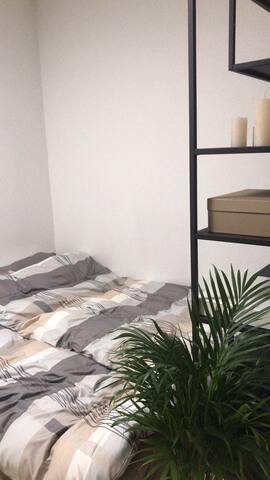 Minimalistisch eingerichtete Wohnung nähe Zentrum