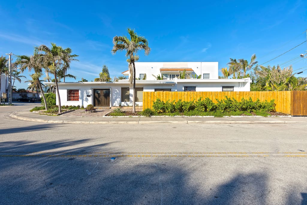 The exterior of the house already exudes privacy, with a view of an idyllic neighborhood.