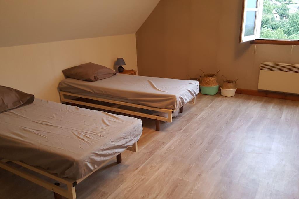 La chambre avec les lits séparés