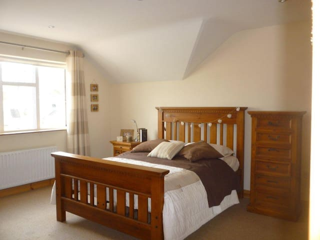 nice double room with ensuite well ventilated - Ennis - Casa