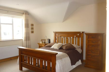 nice double room with ensuite well ventilated - Ennis