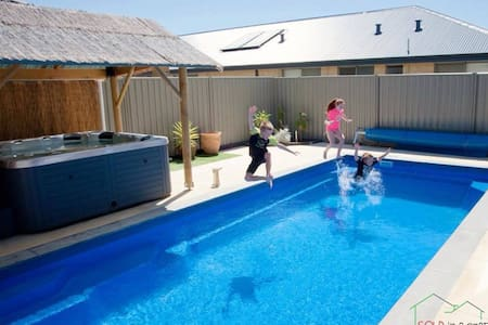 5★ Modern House! Projector Screen, Pool, Spa & Bar