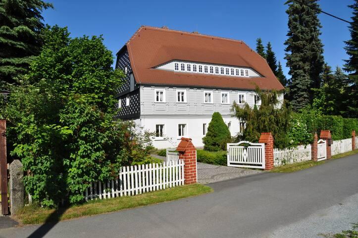 Haus mit Kamin, Wintergarten und großem Grundstück