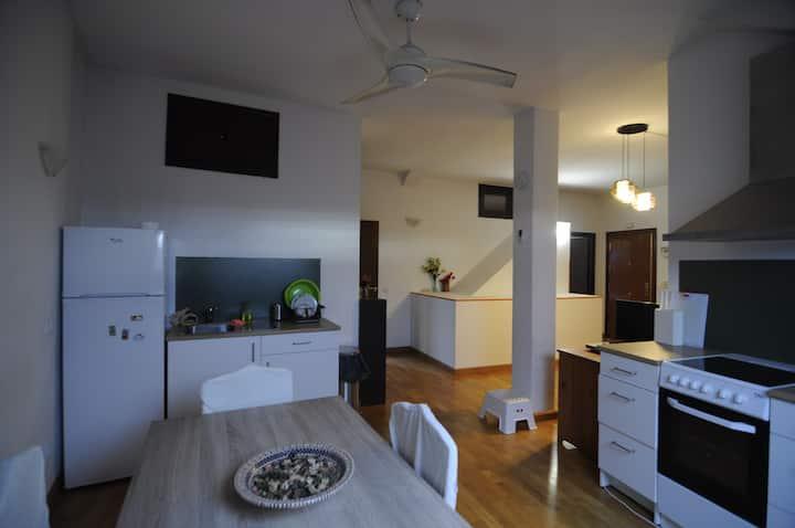 Amplio y tranquilo apartamento independiente