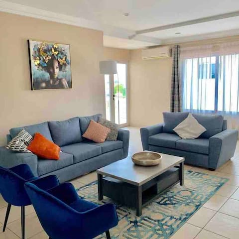 Chic 2 Bed Flat with Gym and Pool, East Legon